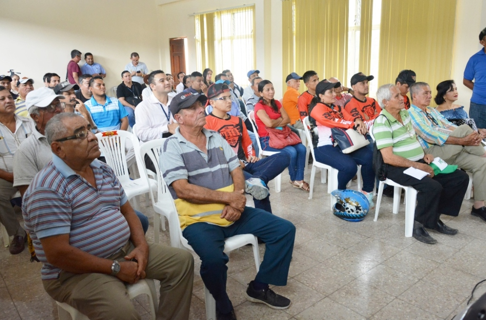 Personas invitadas a la presentación del tercer rally de motociclismo de aventura, acto desarrollado en el salón de actos de la Cámara Junior de Chone. Manabí, Ecuador.