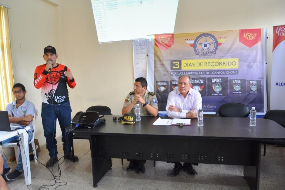 Autoridades cantonales de Chone, durante la presentación del tercer rally de motociclismo de aventura. Manabí, Ecuador.