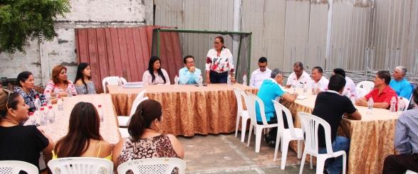 La cita entre el Alcalde de Manta (centro) y los líderes de la Asociación de Comerciantes La Bahía de Tarqui, Manta.