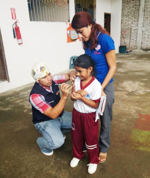 Vacunación en niños de una escuela de primaria.