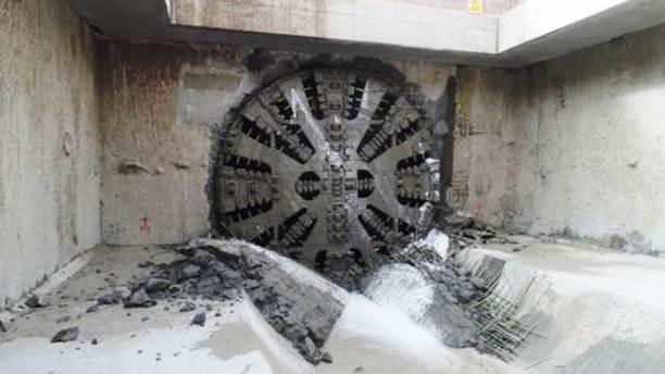 """Cabeza dentada de la """"tuneladora"""" o perforadora del túnel, justo en el momento que rotura la parte final del tramo en Quitumbe."""