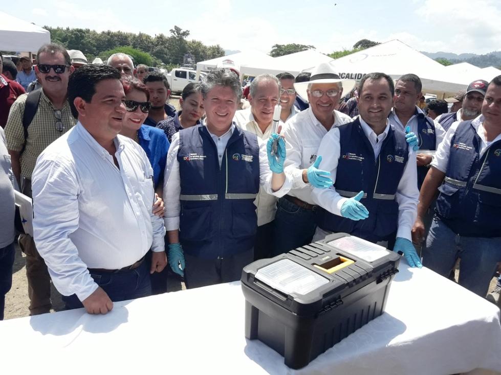 El ministro de Agricultura y Ganadería, Rubén Flores, da inicio a la campaña nacional de vacunación contra la fiebre aftosa, en Chone. Manabí, Ecuador.