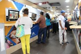 La gente conoce las leyes ecuatorianas a través del sistema audiovisual del autobús Ruta Legislativa, durante su estadía en Manta.