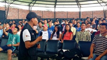 Charla de un técnico de Arcsa para instruir acerca de los registros sanitarios oficiales. Manabí, Ecuador.