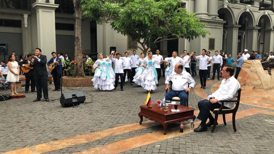 Carlos Bergmann y Jaime Nebot hacen un alto en su entrevista para recrearse con arte musical guayaquileño.