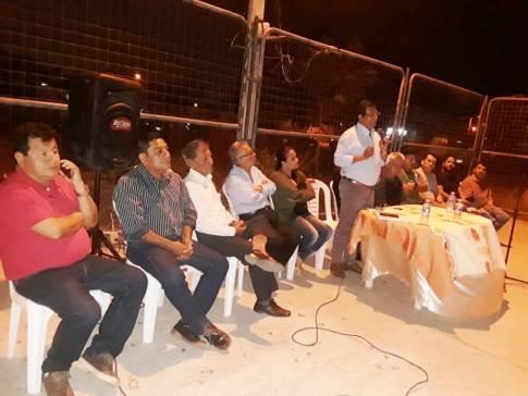 El alcalde Ricardo Quijije habla a los moradores de los barrios Las Marías.
