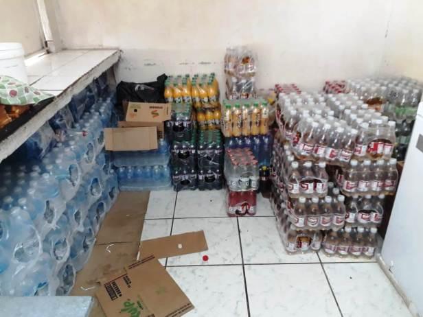 Bebidas embotelladas, con alto contenido de azúcar, en un bar escolar de Manta. Manabí, Ecuador.