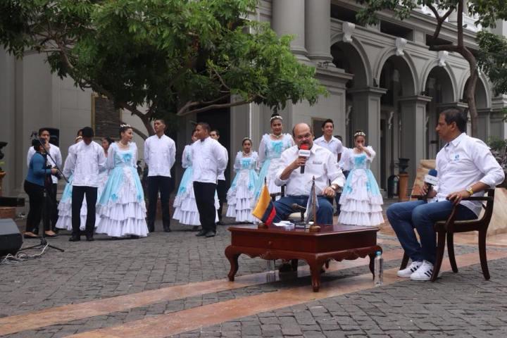 José Francisco Cevallos, gobernador de Guayas, responde preguntas del segundo vicepresidente de la Asamblea del Ecuador, Carlos Bergmann, en Guayaquil.