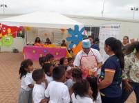 Explicando a los niños qué deben hacer para prevenir la hepatitis.