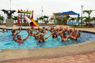 Danzando dentro del agua también de hace deporte.