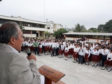 El alcalde Deyton Alcívar habla a los estudiantes que concurrieron a la Hora Cívica municipal conmemorativa del aniversario cantonal de Chone.