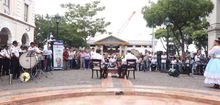 Público reunido en la Plaza de la Administración (Guayaquil) para escuchar un diálogo entre Jaime Nebot y Carlos Bergmann. Ecuador.