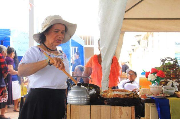 Cocinando en un fogón campesino tradicional.