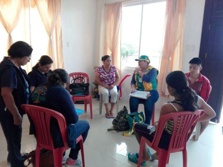 El programa social estatal Las Manuelas evalúa la situación socioeconómica de una familia con personas discapacitadas, en Manta. Manabí, Ecuador.