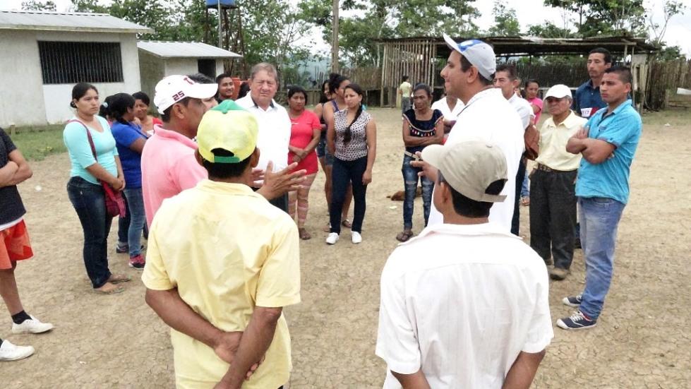Moradores de Punta Blanca (límite de Chone y Pedernales) dialogan con el concejal chonense Wellington Mendoza. Manabí, Ecuador.