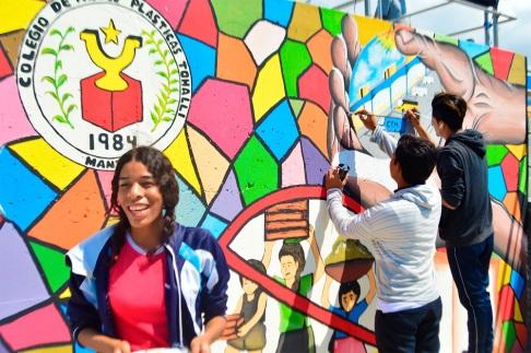 Hellen Jiménez, coautora del mural pintado en el terminal terrestre de Manta.