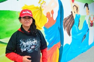 Patricia Fiallos, profesora de la Unidad Educativa Fiscal de Artes Tohallí; dirigió la pintura del mural en el terminal terrestre de Manta.