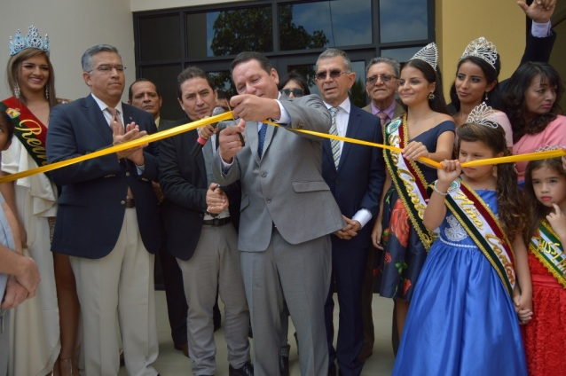 Momento del acto inaugural de la sede del GAD municipal de Jama.