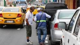 Adquiriendo tickets de parqueo en la Calle 13 de Manta.