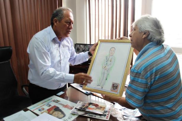 Pepín entrega retrato a Deyton Alcívar