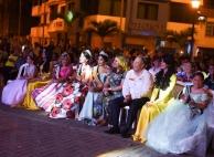 En el Parque de la Madre, el Alcalde y las reinas prestan atención al show artístico.