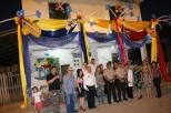 Autoridades cantonales de Chone posan al pie de una vivienda engalanada para las fiestas.
