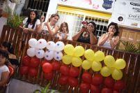 La bandera de Chone hecha con globos, un aporte cívico de esta familia para las celebraciones de su ciudad.