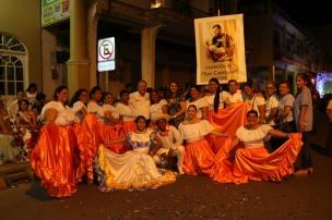 Un grupo de damas de la Parroquia Eclesiástica San Cayetano de Chone. Posan con el Alcalde.