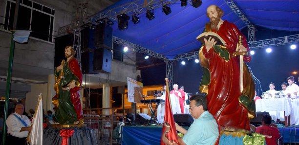 Imágenes de los dos santos presiden la misa campal después de la procesión.