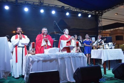 La eucaristía concelebrada para San Pedro y San Pablo.