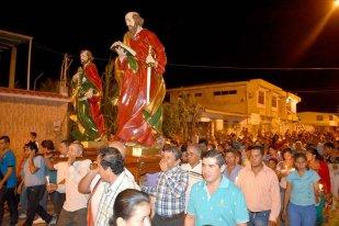 Otro ángulo de la procesión por las calles de Santa Rita.