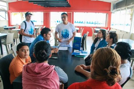 Explicando la campaña al personal de un restaurante.