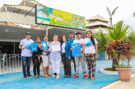 Personal de restaurante muestra el certificado municipal de haberse unido a la campaña y los mensajes llamando a no usar sorbetes.