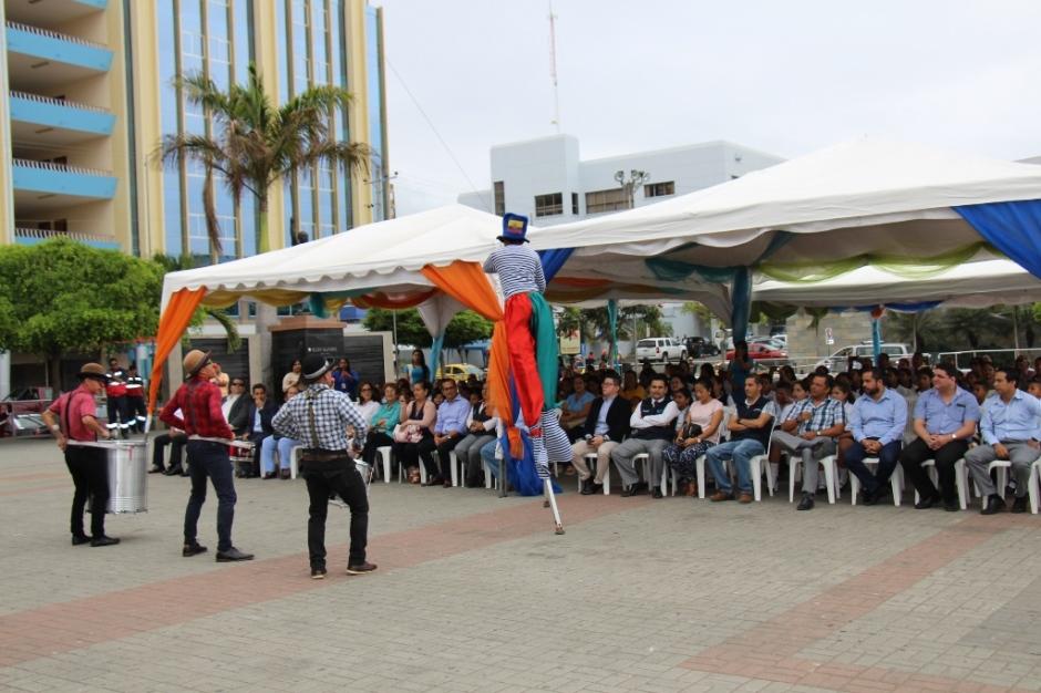"""Presentación de la campaña comunicacional """"Agua con-ciencia"""" en la plaza cívica de Manta. Manabí, Ecuador."""