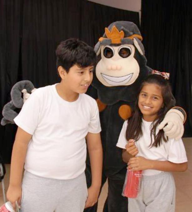 """La mascota Clo de la campaña """"Agua ConCiencia"""" recrea a un mono aullador cuyo hábitat natural es el Bosque Seco Pacoche de la zona rural de Manta. Manabí, Ecuador."""