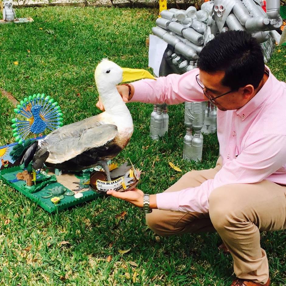 Un albatro hecho de plástico desechado ganó el concurso Alrededor de Iberoamérica realizado en Manta. Manabí, Ecuador.