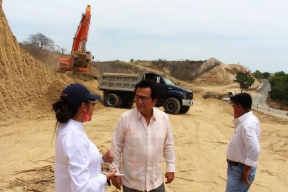 El alcalde de Manta, Jorge Zambrano Cedeño, inspeccionando los trabajos de ampliación vial San Mateo - Santa Marianita.