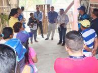 Comuneros del Barrio Las Flores de San Mateo y dueños de las tierras tomadas para la ampliación vial, dialogan con funcionarios municipales encargados de resolver el problema de las expropiaciones.