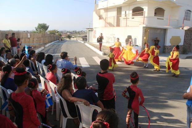 Niños y niñas del Barrio Los Geranios (Manta) celebraron con danza y canto la pavimentación de las dos calles de su lugar de residencia.