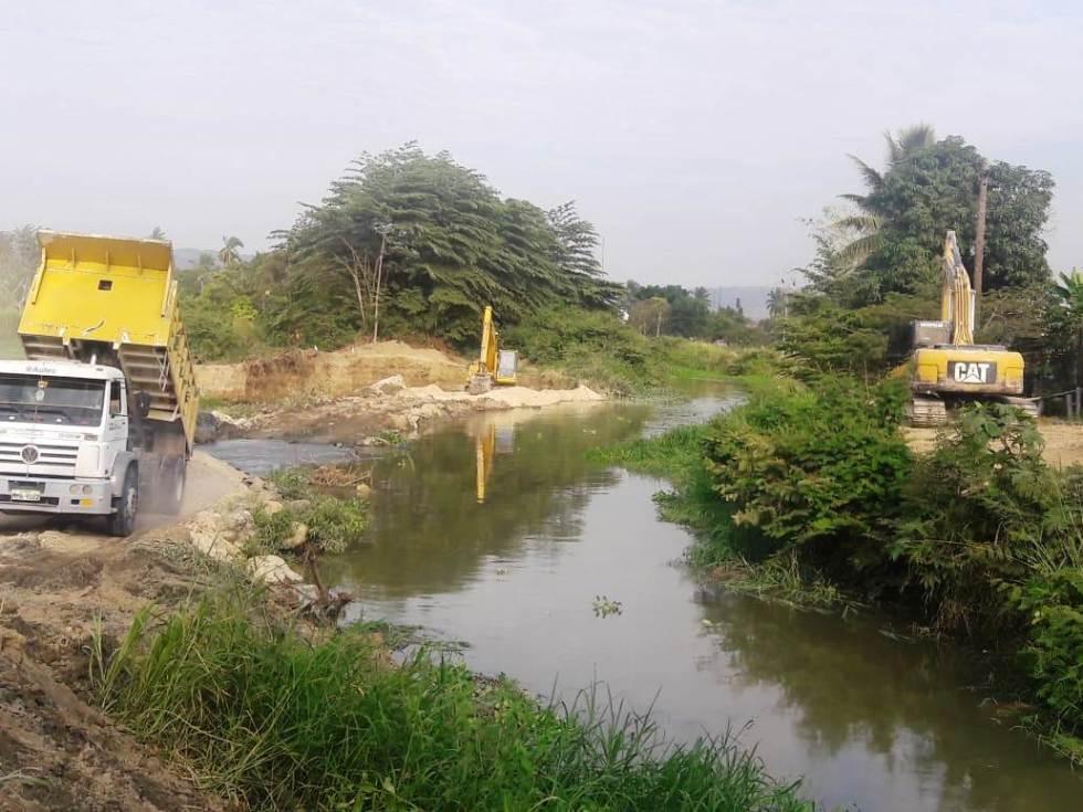 Reparación del dique que permite captar agua del Río Portoviejo para potabilizarla en la planta de El Ceibal, Rocafuerte. Manabí, Ecuador.