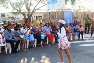 Una moradora del Barrio Los Geranios entretiene a las autoridades municipales que acudieron a inaugurar la pavimentación de calles.