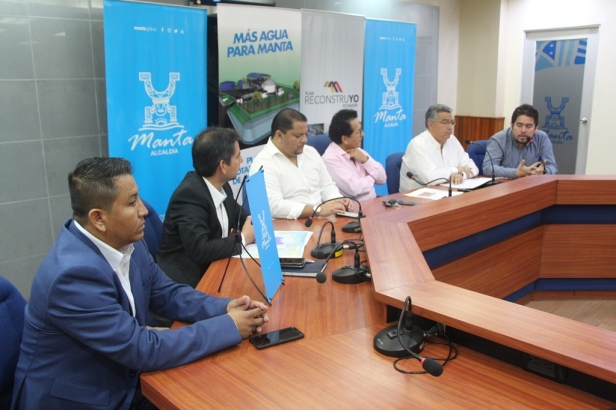 Autoridades públicas de Manabí presentes en el anuncio sobre la nueva potabilizadora Fénix para Manta. Manabí, Ecuador.