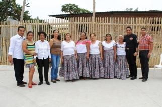 El concejal de Manta, Johnny Mera (extremo derecho), junto a dirigentes barriales.