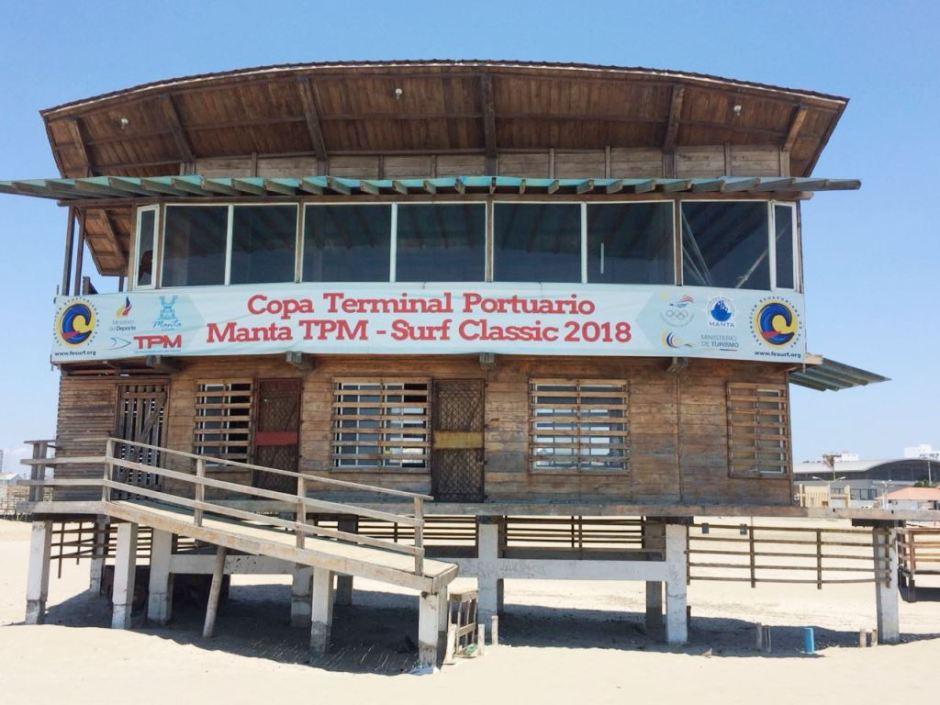 Vista anterior de la Casa de la Cultura en la Playa El Murciélago de Manta. Manabí, Ecuador.
