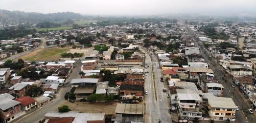 Vista panorámica del Barrio El Cauca (Chone), con la Avenida 14 de Agosto en primer plano.