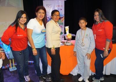 Kevin de la Cruz y Maryuri García (centro), de la Escuela Réplica Manta.