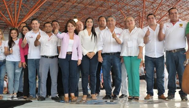 Jaime Estrada Bonilla posa con simpatizantes y adherentes, en la primera convención provincial de Sí Podemos, Portoviejo. Manabí, Ecuador.