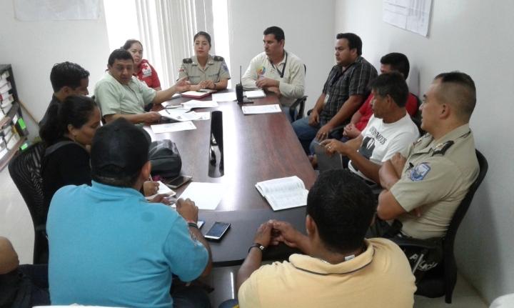 Miembros del Chone Moto Club y varias autoridades públicas cantonales, en reunión coordinadora de la Motoaventura número 3. Manabí, Ecuador.