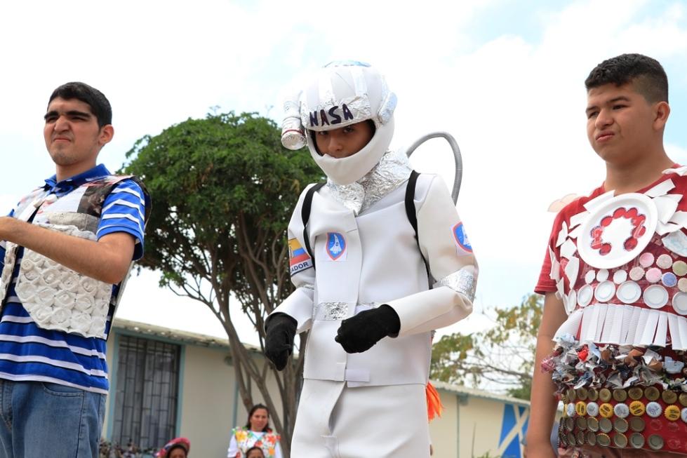 Tres jóvenes de Manta lucen disfraces hechos con materiales reciclados. Manabí, Ecuador.