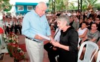 El alcalde cantonal de Bolívar, Ramón González Álava, entrega un acuerdo municipal de condolencias a Mercedes María Zambrano Basurto, viuda del poeta Mora.